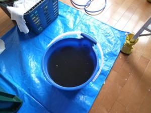 汚れた水がバケツにいっぱいです。