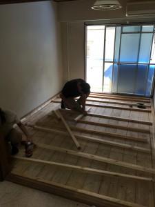 床の形状に合わせて木材をカット。