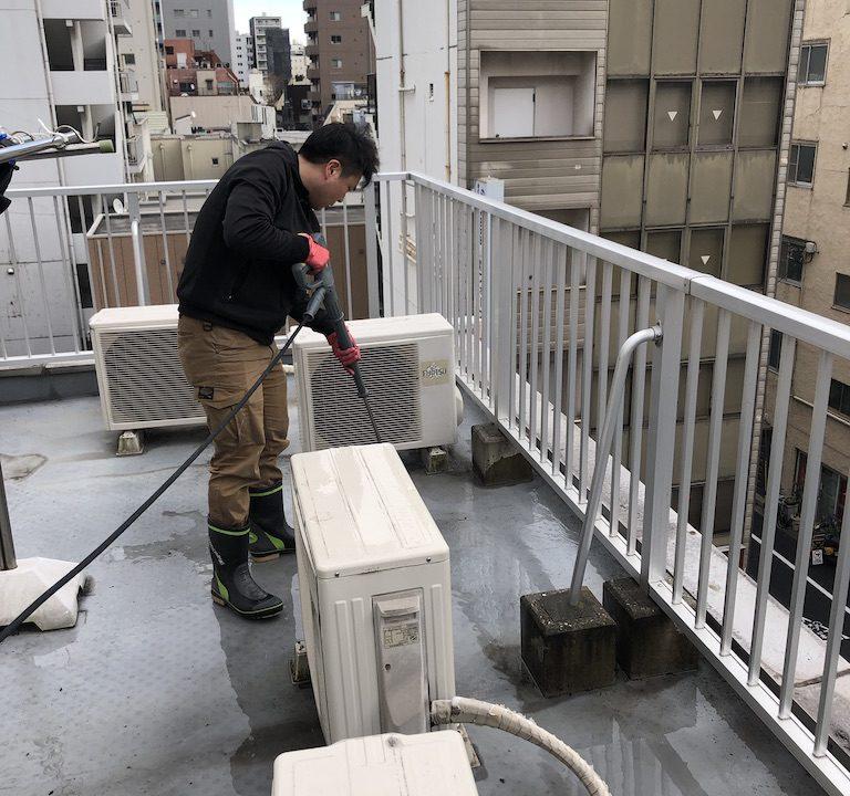 屋上にて高圧洗浄